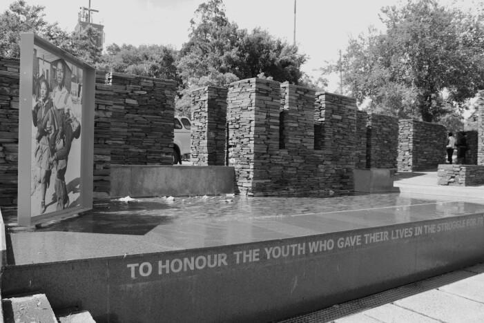 Hector Pieterson var 12 år gammel da han ble skutt og drept av polititet under Soweto-opprøret. Bildet av at han blir båret gjennom Soweto sine gater gikk verden rundt og har blitt selve symbolet på opprøret. Mellom 150 og 700 ble drept i opprøret. På grunn av politiets forsøk på å dekke over hendelsen er det uklart hvor mange som faktisk døde