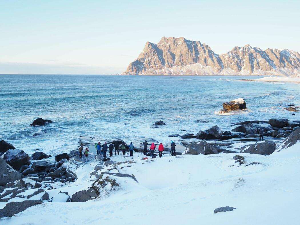 Det siste tiåret har vi sett en markant økning i antall turister som velger Lofoten som reisemål. De tre siste årene har det også kommet stadig flere vinterturister til Lofoten. Selv på de kaldeste og mest forblåste dagene i mars står de og fotograferer det som tidligere var et overlevelseslandskap. Her på Uttakleiv.