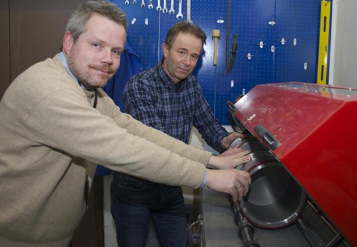 Forskningen deres kommer oftere i en slik trommel enn i et vitenskapelig tidsskrift. Rolv Magne Dahl (til venstre) og Eyolf Erichsen knuser både stein og tall. (Foto: Georg Mathisen)