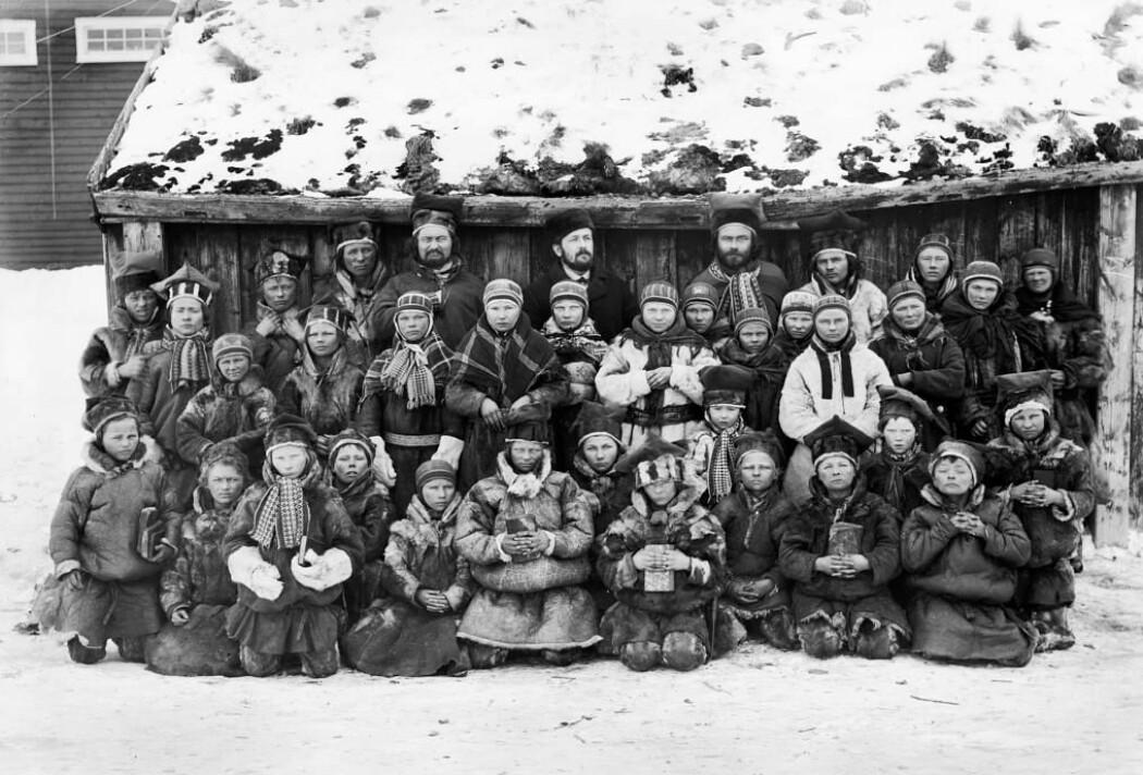 Anders Bær gikk på skole i Kautokeino. Det var i denne skolestua han stiftet bekjentskap med den lunefulle presten Stockfleth. Bildet er tatt etter Bærs død og viser andre skolebarn, lærere og prest i 1883.