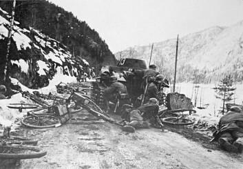 Tyske soldater angripes i Oppland den 18. april 1940. Samtidig jobber norske bedriftsledere med planer som vil hjelpe den tyske krigsmakta. (Foto: Wikimedia Commons)