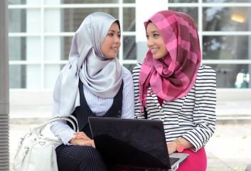 Både vestlig mote, venninner, kultur og religiøs overbevisning avgjør unge kvinners bruk av hijab. (Illustrasjonsfoto: www.colourbox.no)