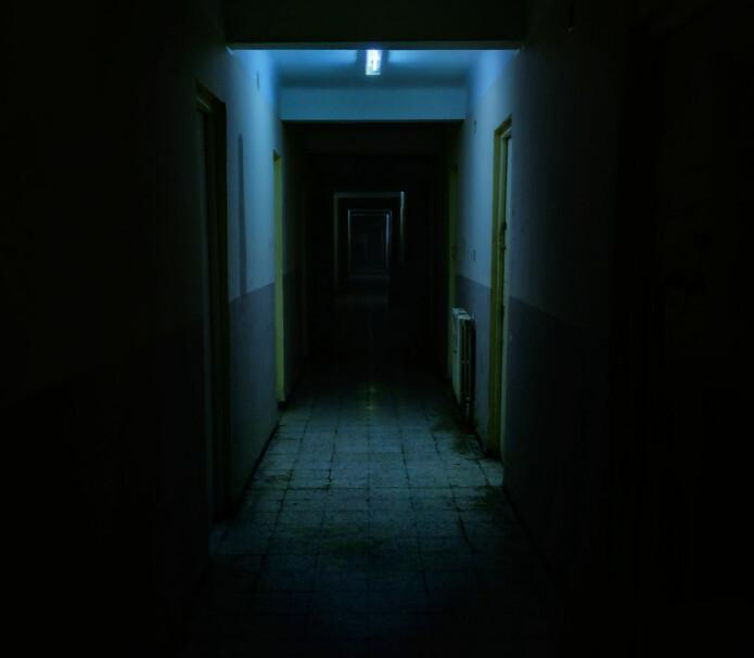 En vanlig gang får et helt annet uttrykk når det er mørkt, og da får fantasien fritt spillerom.