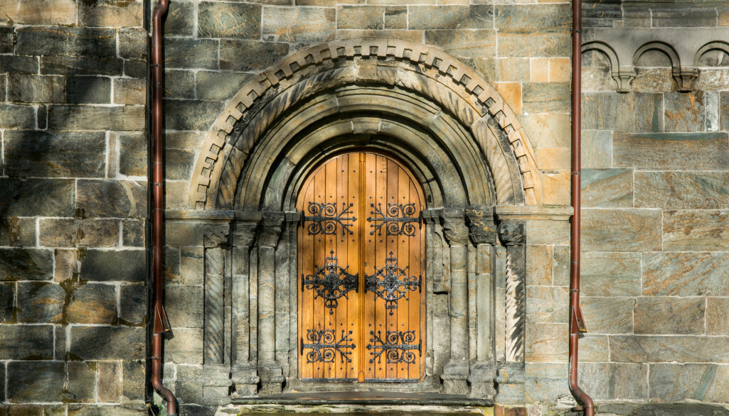 – Den nye troen regulerte en stor del av folks liv og helse i middelalderen. De måtte gå i kirken, skrifte, faste og forholde seg til en stor mengde helgener, forteller arkeolog Irene Baug. Mariakirken i Bergen fra år 1180 var nok sentral.