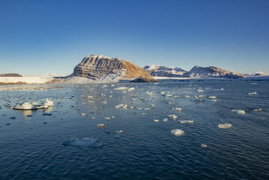 Ifølge nye klimamodeller kan klimamålene i Parisavtalen allerede være døde, fordi forskere kan ha undervurdert oppvarmingspotensialet til CO2. Her smeltende is fra isbreer som kalver ut i Kongsfjorden ved Ny-Ålesund på Svalbard.