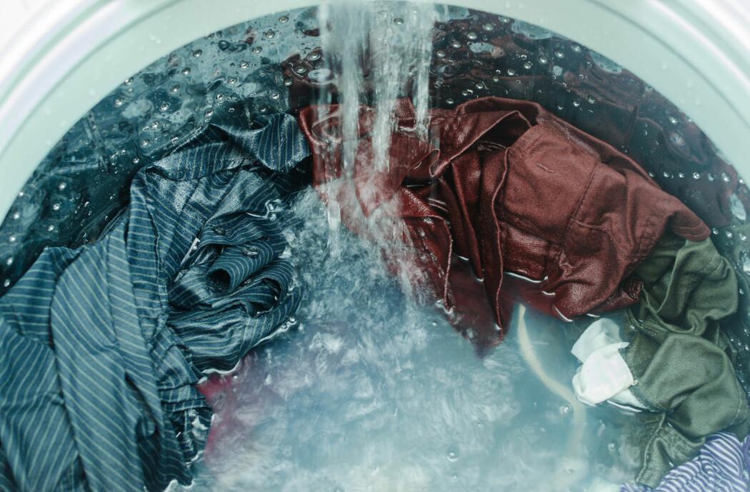 Det beste for farge og passform er korte vaskeprogrammer med kaldt vann, viser en ny britisk studie.