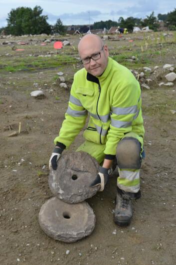 Even Bjørdal, arkeolog ved Arkeologisk museum, UiS, viser fram dreiekvernen som ble funnet på Hove i Sandnes i sommer. Den ble funnet helt intakt, noe som er svært sjeldent. (Foto: Asbjørn Jensen, UiS)
