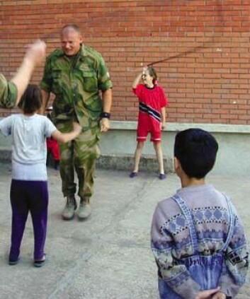 I komplekse fredsoperasjoner har soldater flere oppgaver enn ren krigføring. (Ill.foto: clipart)