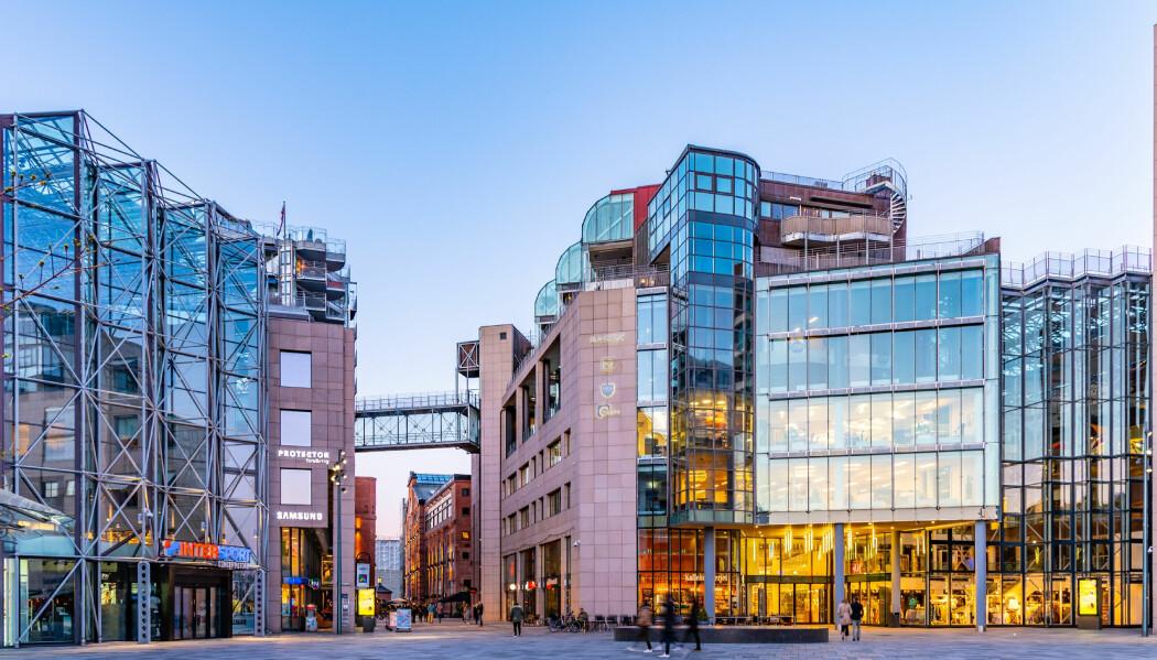 Bryggetorget på Aker brygge i Oslo er et eksempel på et moderne utformet byrom. Bygningene preges av asymmetri og består av materialer som glass, stål og betong.