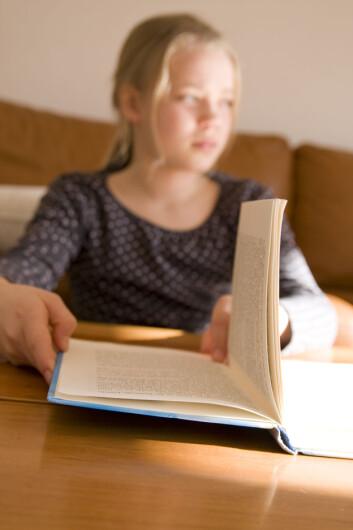 Boka er håndfast, og teksten er fast koblet til papiret. Det kan lette forståelsen.