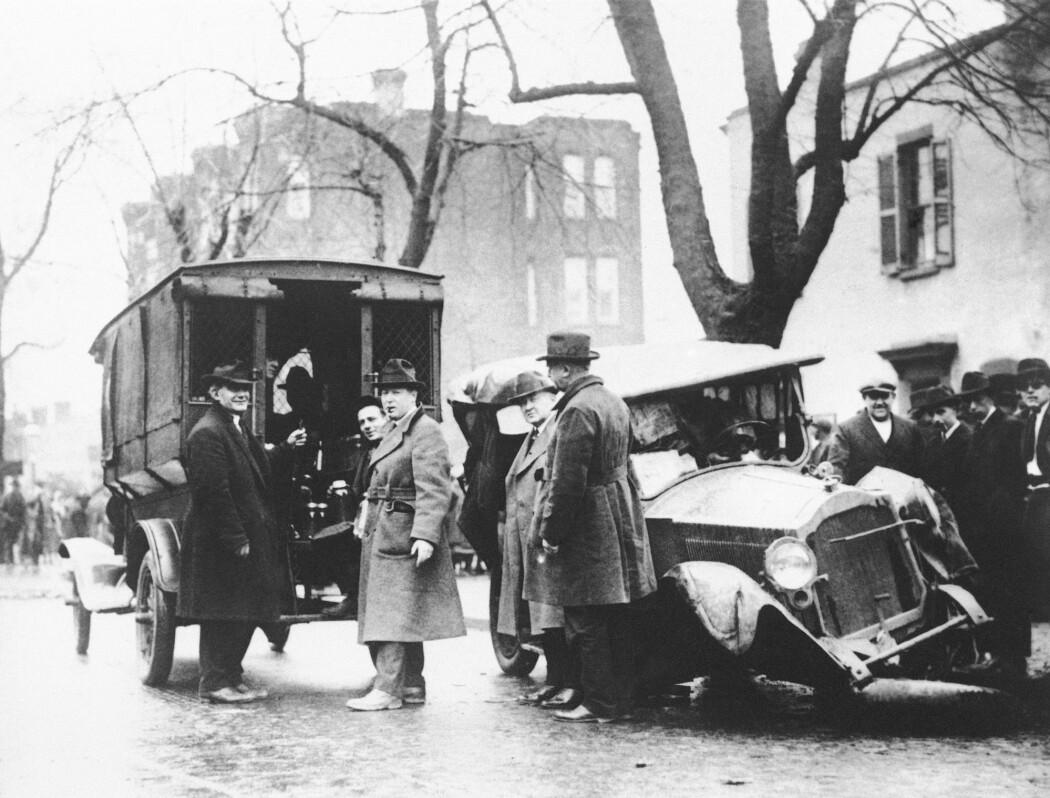 Et kjøretøy med konfiskert hjemmebrent ved siden av spritselgernes ødelagte bil fotografert i Washington 23. januar 1922.