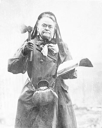 Leder for den amerikanske avholdsbevegelsen Carrie Nation med en øks og bibel i 1910.