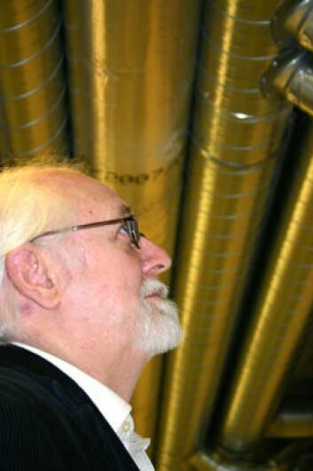 """""""Sten Olaf Hanssen - VVS-professor - er bekymret for at tette vegger og tak ikke blir kompensert med tilstrekkelig ventilasjon for nok utskifting av inneluft. Han kan dokumentere høyere sykefravær ved lav ventilasjonsgrad. (Foto: Tor H. Monsen)"""""""