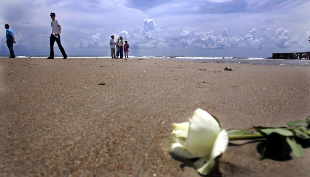 Flodbølgen som kom inn over stranden på Blue Village i Khao Lak i Thailand tok mange norske liv den 26. desember 2004. Flere av de som overlevde og pårørende har besøkt stranden og lagt ned blomster på stedet som har rammet mange norske familier hardt. Dette har hjulpet mange mye i ettertid, mener forsker.