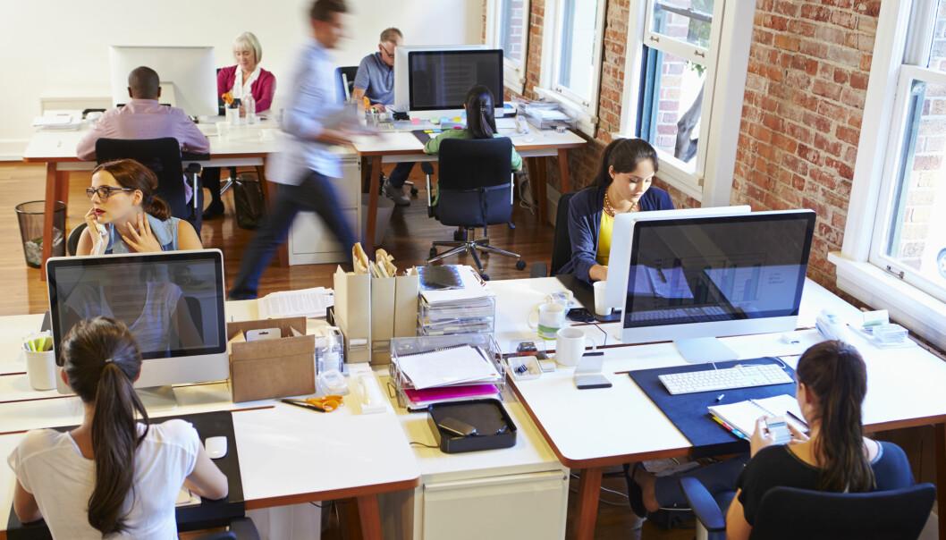 Ansatte i kontorlandskap er mer utsatt for sykdom enn de som har eget kontor.