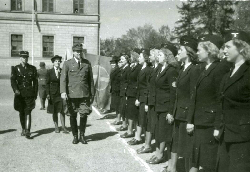 Vidkun Quisling inspiserer NS-kvinner. Men kun et fåtall av de såkalte «tyskerjentene» var medlem i NS.