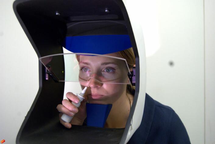 Et apparat målte hvordan pupillene utvidet seg og hvor testpersonene fikserte blikket mens de løste oppgaver på en dataskjerm foran seg. (Foto: Olga Chelnokova)