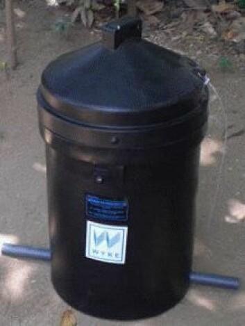 Flasker med pesticider til en hel sesong kan plasseres i den nye beholderen, som er laget av et UV-avvisende materiale. Bare lokket stikker opp over jorden. Under lokket er det enda et lokk, som kan låses. (Foto: Flemming Konradsen)