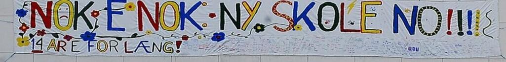 Banner fra en elev-aksjon ved Åsveien, en Trondheims-skole på vent. Denne skolen sto på kommunens saneringsliste i 17 år.