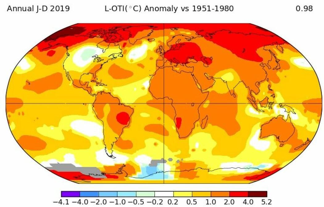 Kartet viser hvordan temperaturøkningen har fordelt seg i verden, sammenlignet med snittet mellom 1951 og 1980. Over Europa har det ligget 2-4 grader høyere enn normalt.