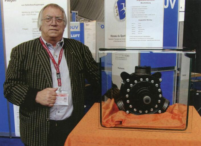 Den østeriske ingeniøren foran sin implosjonsmotor på messen Aero 2009 i Friedrichshafen. (Foto: Arnfinn Christensen)