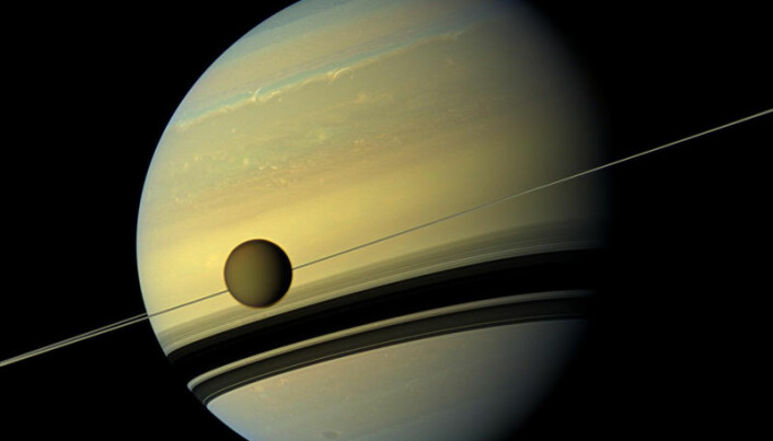 Her ser vi Saturn, med Titan som går i bane rundt planeten.