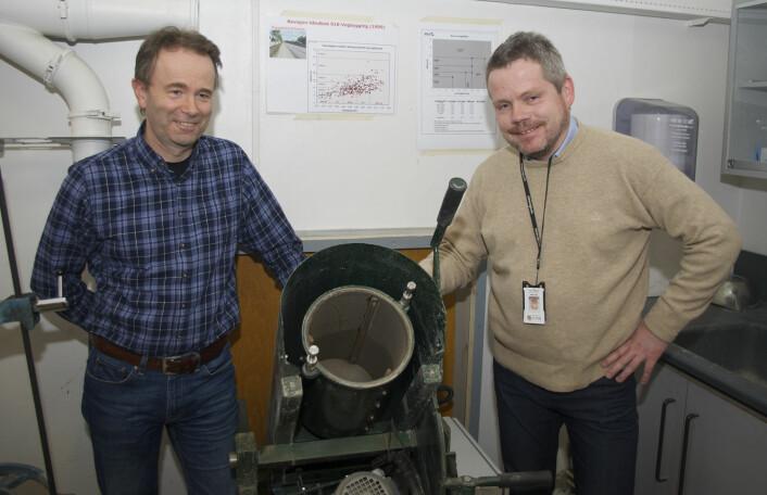 Eyolf Erichsen (til venstre) og Rolv Magne Dahl sliter på pukksteinen på laboratoriet. (Foto: Georg Mathisen)