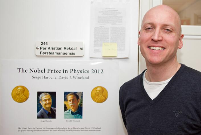 Han foreslo for nobelprisvinneren hvordan det er mulig å holde atomene fanget lenger. Per Kristian Rekdal er opptatt av at det går an å forske på høyt nivå selv på en liten skole. (Foto: Georg Mathisen)
