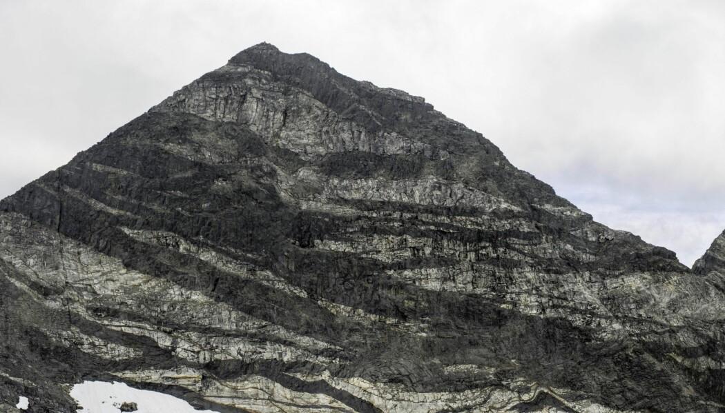 De mørke stripene på tvers i Pårte-fjellet er opprinnelig lavastråler som sprutet rett opp fra jordas indre. Lavaen størknet først i loddrette striper, men senere har hele massivet tiltet nesten 90 grader.