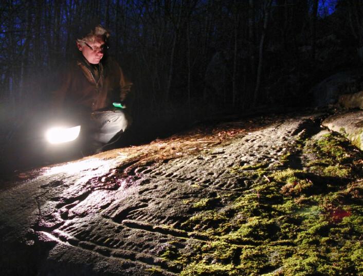 David Vogt ved helleristning på Skjelin gård, Borge i Fredrikstad (Foto: Arnfinn Christensen)