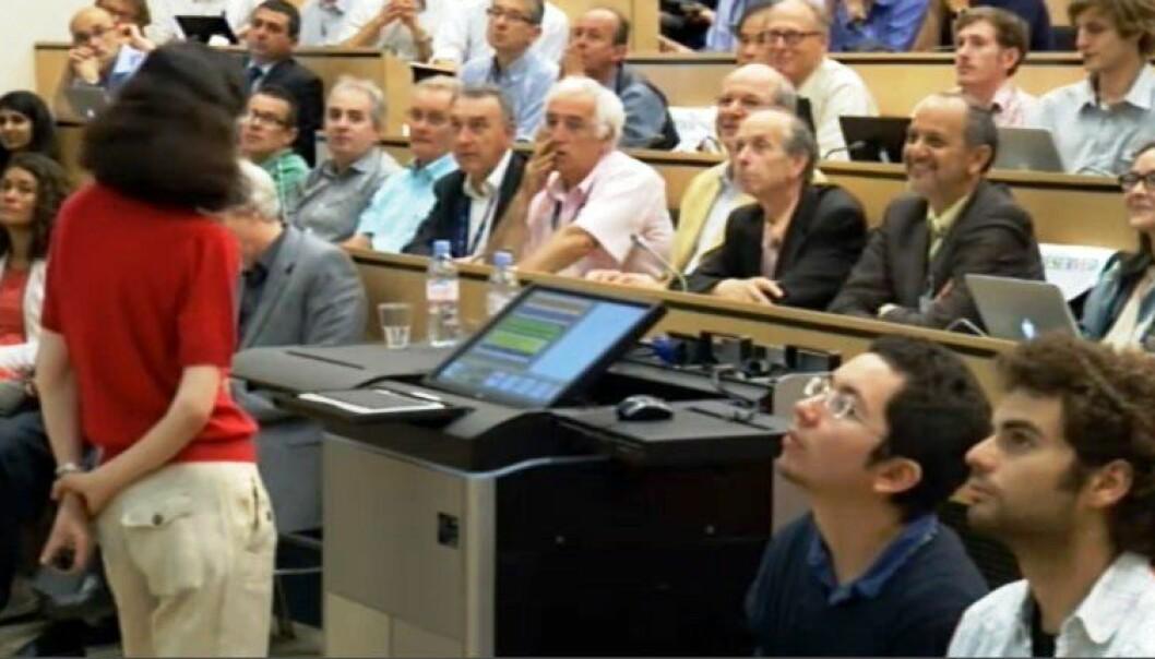 Fabioloa Gianotti presenterer funnet av Higgs ved Atlas-eksperimentet ved CERN. (Skjermdump fra direktesendingen på CERN)