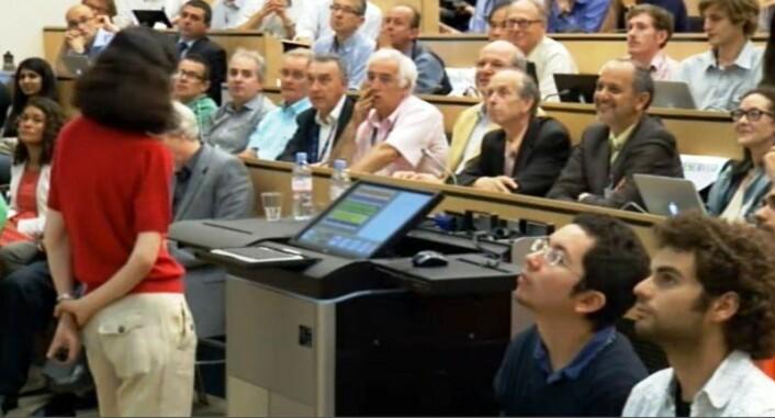 Fabioloa Gianotti presenterer funnet av Higgs ved Atlas-eksperimentet ved CERN. (Foto: (Skjermdump fra direktesendingen på CERN))