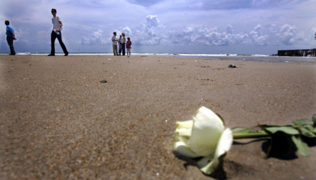 Flere av de som overlevde tsunamien har besøkt stranden og lagt ned blomster på stedet der de mistet sine kjære. Dette har hjulpet dem med å takle den sterke sorgen.