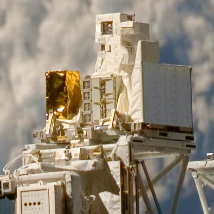 Exose-E plassert utenpå den europeiske Columbus-modulen på Den internasjonale romstasjonen, rett til høyre for den gullfargede folien. (Foto: ESA/NASA)