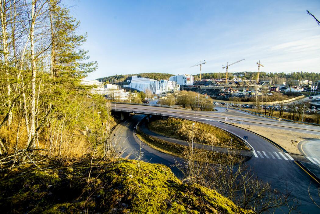 Det var grønt og bart ute da Norges første innendørs skianlegg åpnet i Lørenskog utenfor Oslo i forrige uke.