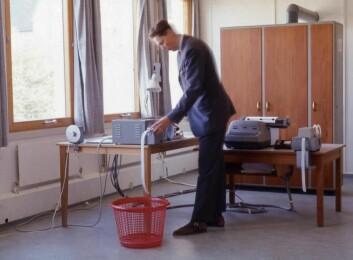GIER så mer ut som et klesskap enn en datamaskin, men representert en teknologisk revolusjon. Olav Blindheim Brusdal hadde ansvaret for å holde GIER i kjørbar stand. (Foto: NTNU)