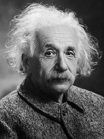 Mange tenker på Albert Einstein når det er snakk om smarte mennesker. Han var en vitenskapsmann som fant matematikken som beskriver veldig mye i universet.