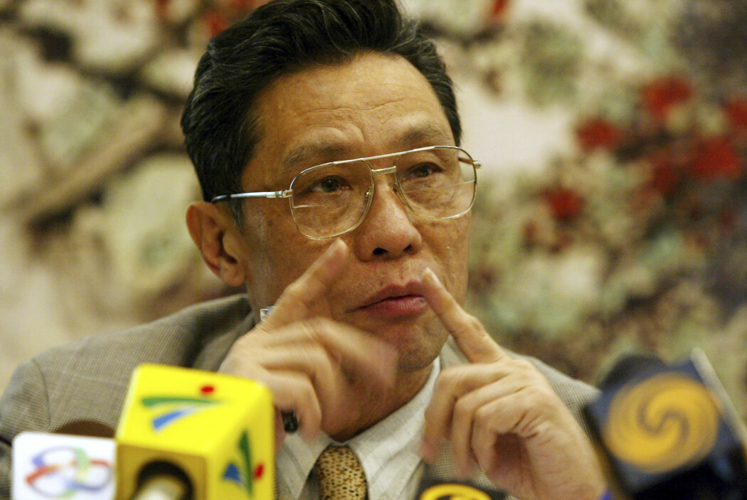 Zhong Nanshan, daværende sjef for Guangdong forskningsinstitutt for luftveissykdommer, holdt pressekonferanse om sars-viruset i 2004. Nå bekrefter Zhong at det nye coronaviruset smitter mellom mennesker.