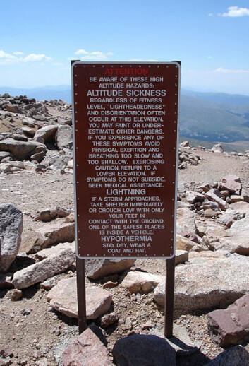 Skilt av denne typen er vanlig ved høyder over 2400 meter. Her fra Mount Evans i Colorado. (Foto: Wikimedia Commons)