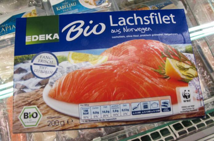 Norsk laks differensieres på ulike måter, som her i Tyskland. Pakken er merket både med opprinnelse, med at den er økologisk og med supermarkedkjedens eget navn (Edeka).