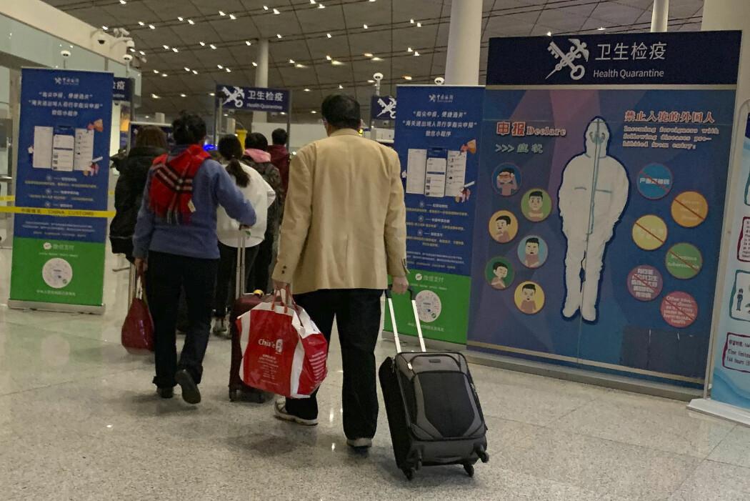 Reisende til Beijing i Kina blir møtt med informasjonsplakater om det nye lungeviruset som så langt ha krevd fire liv. Folkehelseinstituttet utelukker ikke at det kan komme til Norge.