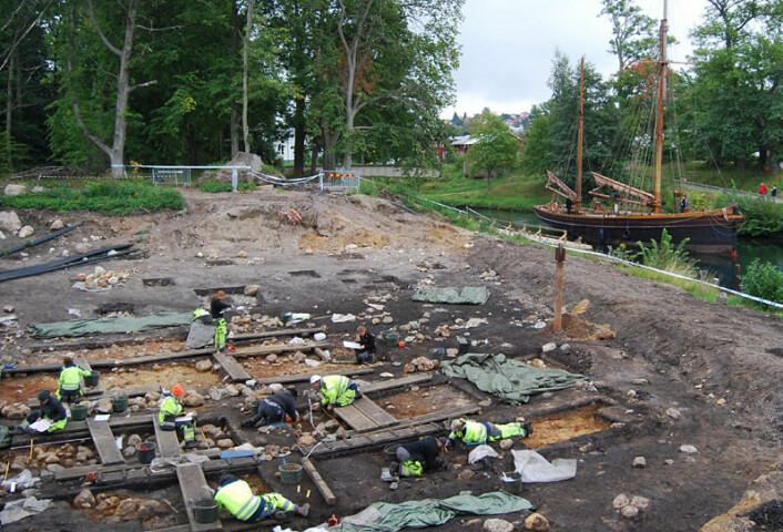 Utgravingsfeltet på Kanaljorden. Göta kanal sees i bakgrunnen. (Foto: Fredrik Hallgren)