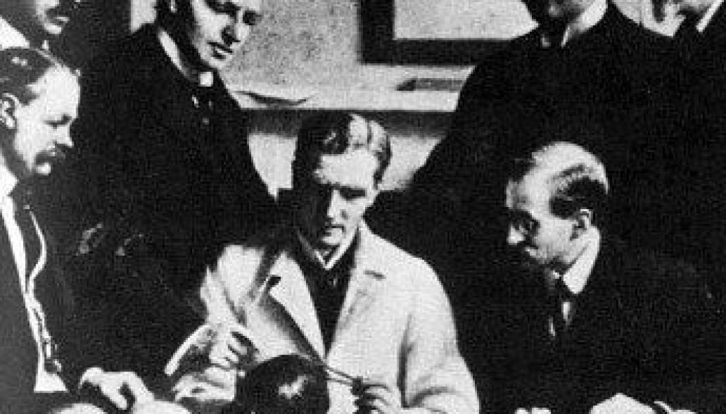Dette maleriet viser undersøkelser av Piltdown-fossilet fra 1915 – Bak fra venstre: F O Barlow, G Elliot Smith, Charles Dawson, Arthur Smith Woodward. Foran: A S Underwood, Arthur Keith, W P Pycraft, and Sir Ray Lankester. John Cooke