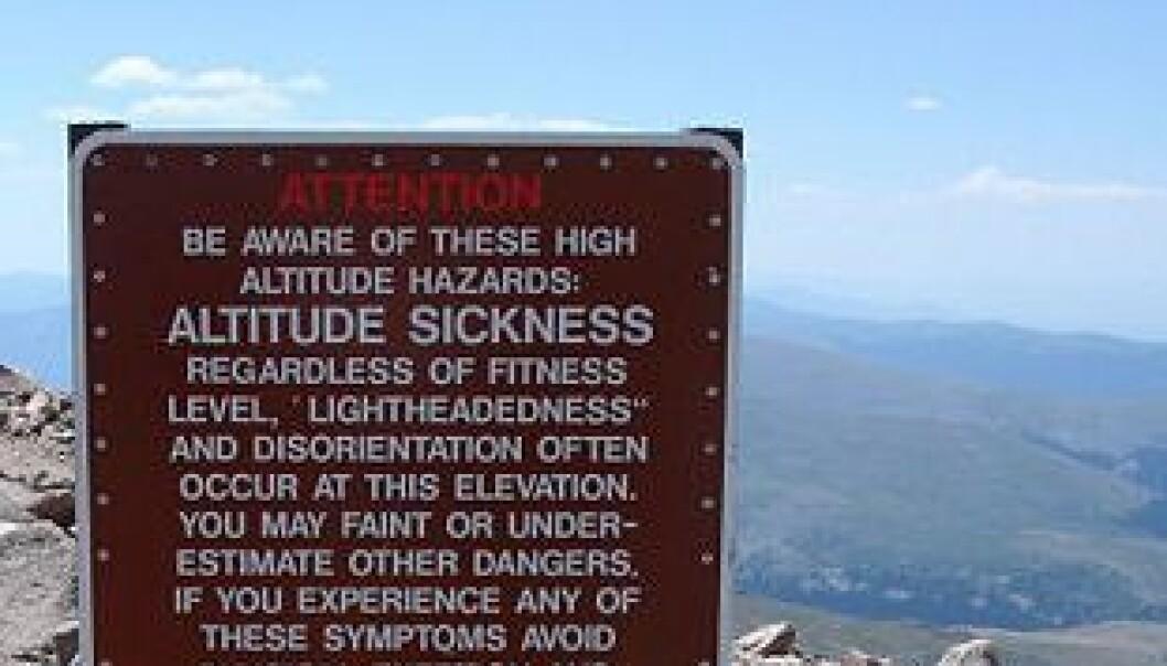 Skilt av denne typen er vanlig ved høyder over 2400 meter. Her fra Mount Evans i Colorado. Wikimedia Commons