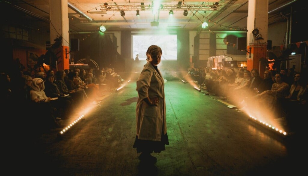 Under forskningsdagene 2019 stilte Pernilla Carlsson opp som modell på catwalken i forbindelse med Det store arktiske moteshowet.