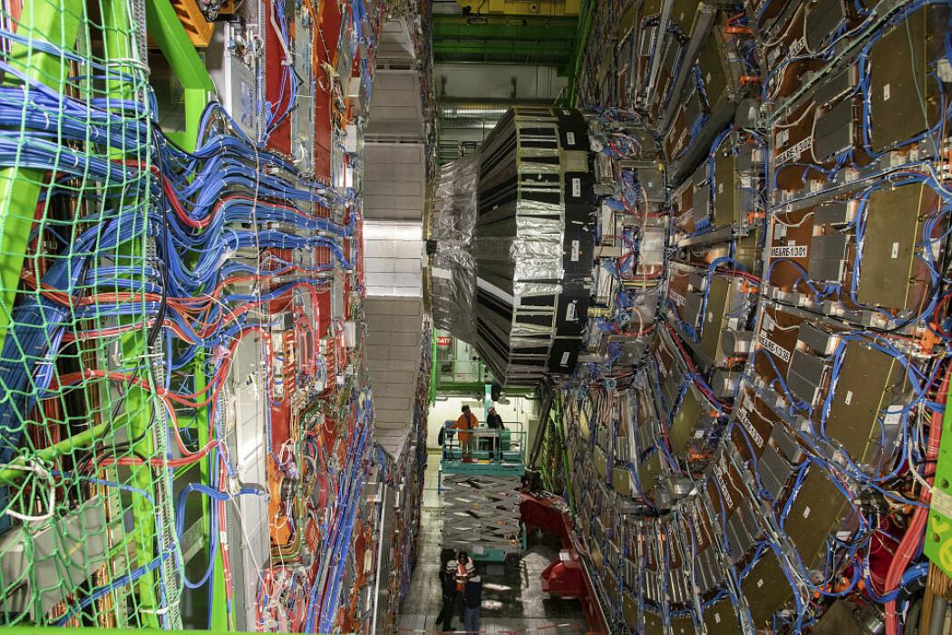 Denne seks etasjes høye detektoren måler hva som skjer når protoner kolliderer med hverandre i nesten lysets hastighet. Når protonene knuses, skapes det helt nye partikler med helt andre egenskaper. Detektoren må være superkjapp. Det kolliderer ikke mindre enn 800 millioner protonpar i sekundet.