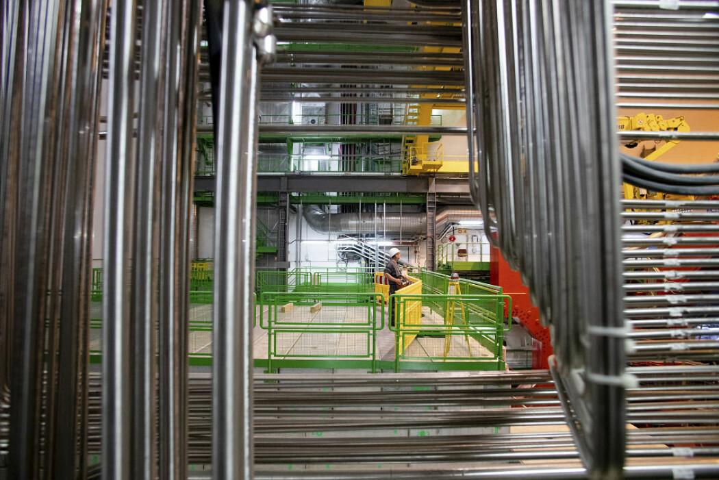 Langs den store partikkelakseleratoren er det fire svære detektorer. De ligger alle 50 til 100 meter under bakken. I denne detektoren (ALICE) skal fysikere måle kvarkgluonplasmaen som oppstår når blyioner kolliderer.