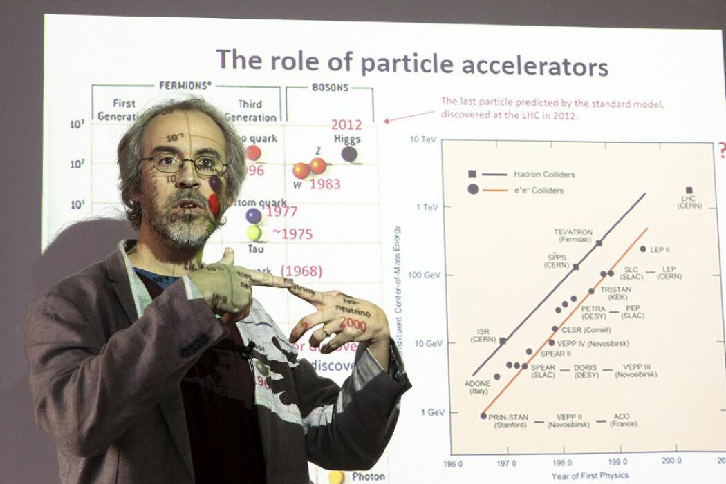 Jo mer energi protonene har i kollisjonsøyeblikket, desto flere hemmeligheter vil det være mulig å avsløre fra elementærpartiklenes verden. Erik Adli planlegger hvordan energien til protonene kan åttedobles i en ny partikkelakseleratortunnel på 100 kilometer.