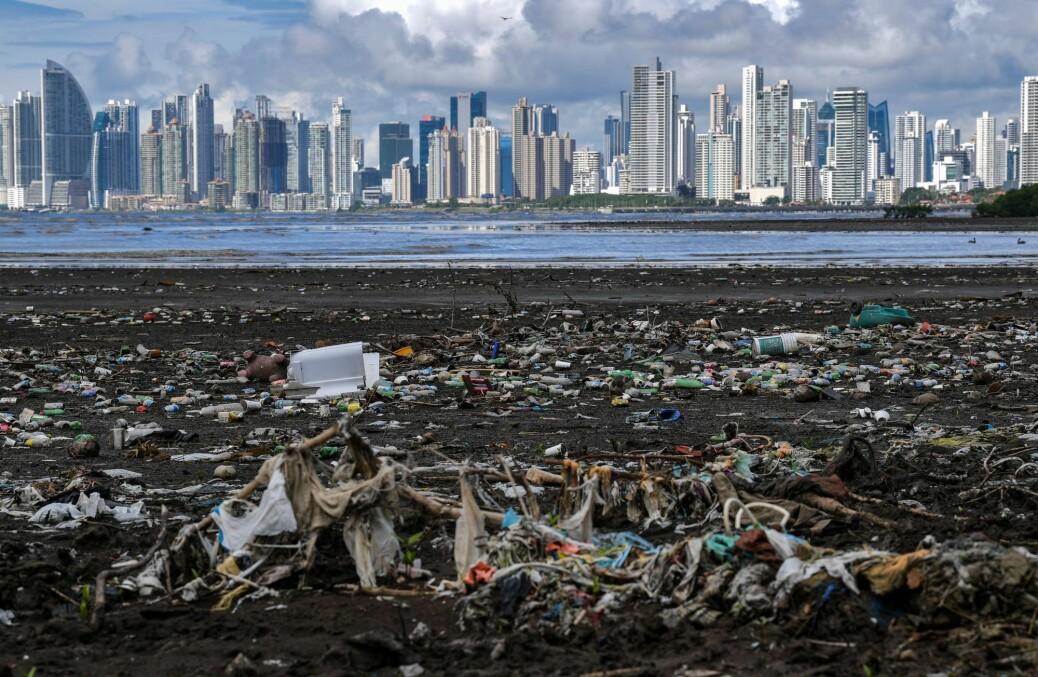 Plastsøppel må stoppes før de ender i havet ifølge forsker. På stranden Costa del Este ved Panama City sliter man med å rydde opp plastsøppel.