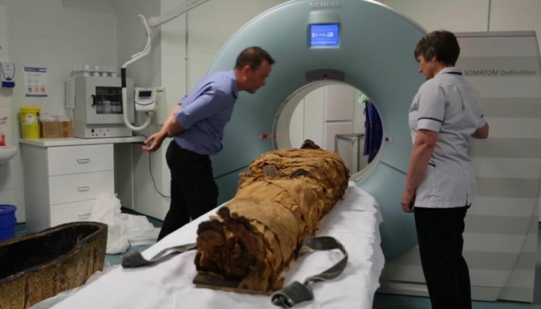Her scannes mumien Nesyamun. Skjermdumpen er fra en video du kan se lengre ned i saken.
